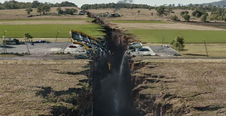 Scence from San Andreas movie with a gaping chasm caused by an earthquake